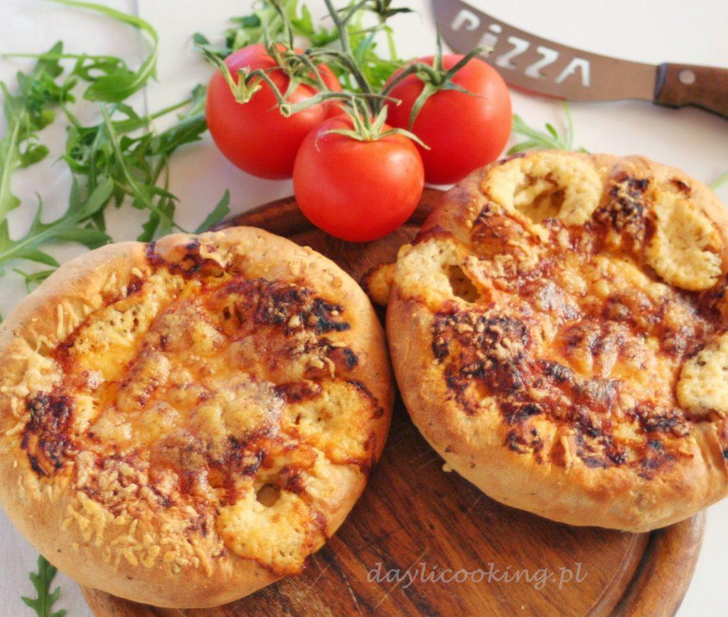 Pizza serowa zawijana z serem w brzegach przepis