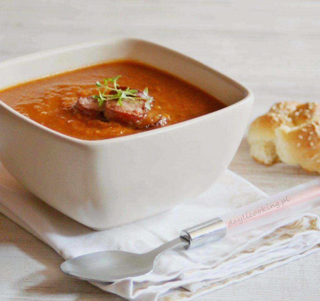 Zupa warzywna z pomidorami i papryką