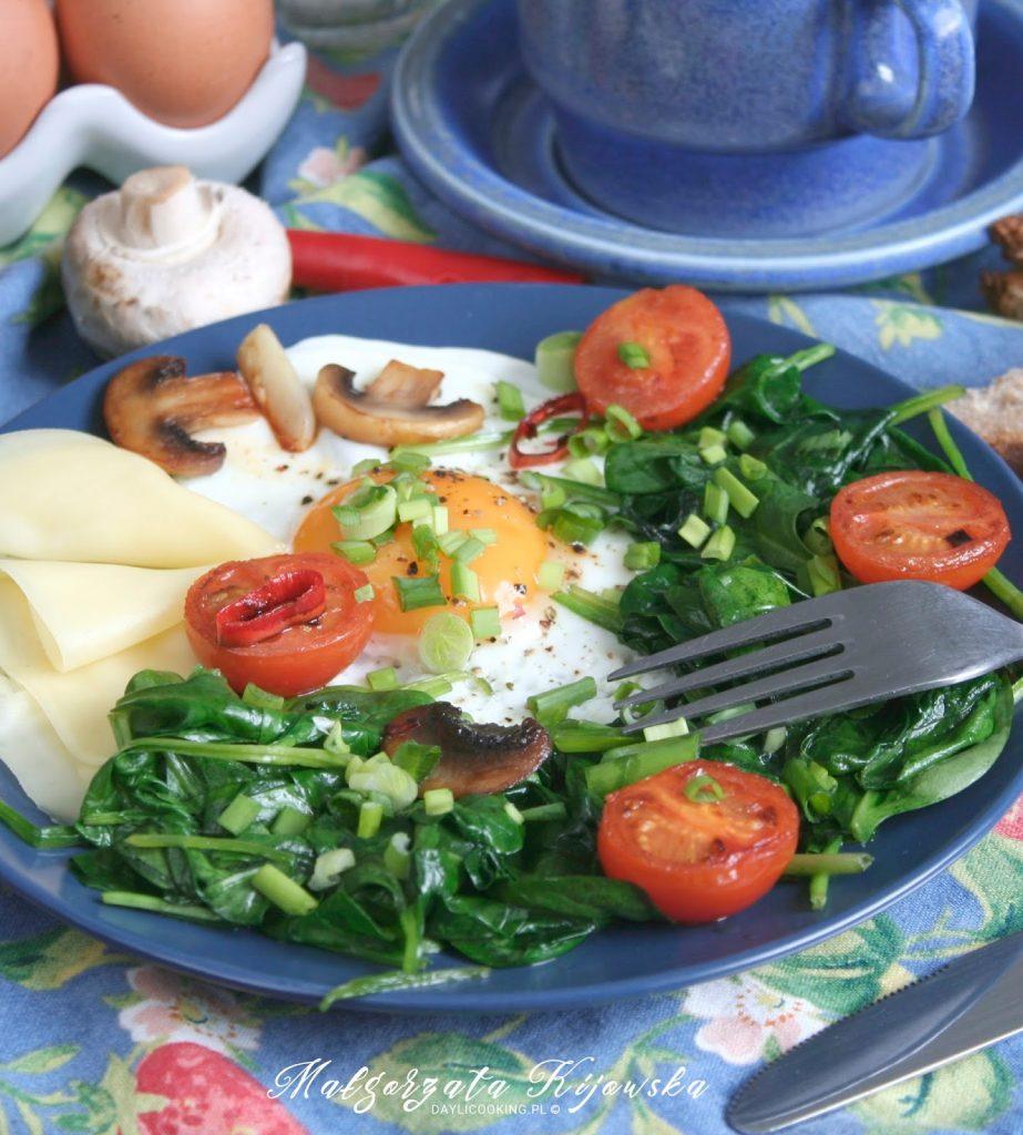 śniadanie na goraco, jajka sadzone, śniadaniowy szpinak, co na śniadanie na ciepło, daylicooking