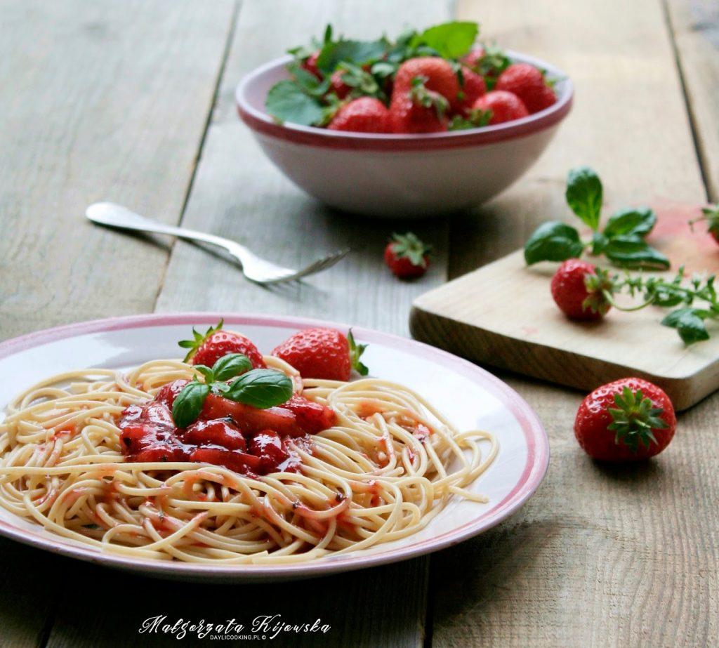truskawki, sos do makaronu, obiad na słodko, daylicooking, Małgorzata Kijowska