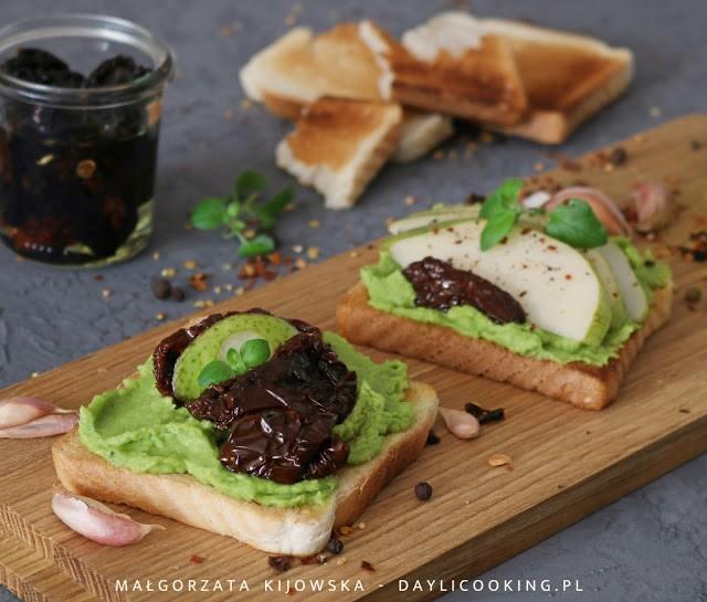 przepis na wytrawne tosty, przepis na pastę kanapkową z waokado, masełko czosnkowe z awokado przepis