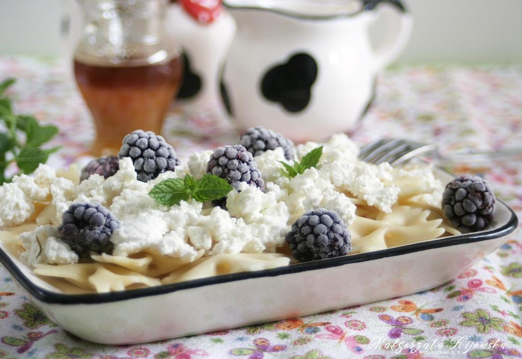 Przepis na makaron z białym serem, miodem i owocami