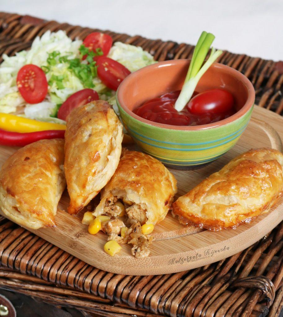 Pieczone pierożki z ciasta francuskiego, z nadzieniem z kurczaka i kukurydzy