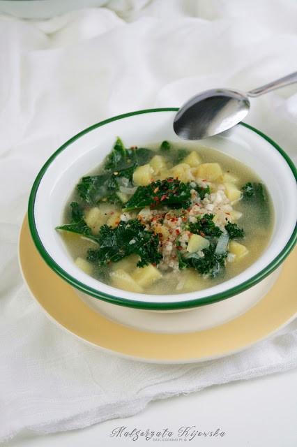 Zupa ziemniaczana z kaszą i jarmużem