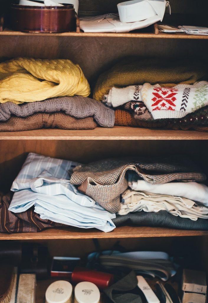 porządki w szafach, jak właściwie układać ubrania, jak zadbać o czystość w szafach, daylicooking, poradnik domowy