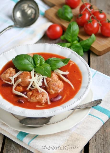 Przepis na pomidorówkę z mięsem, fasolą i makaronem