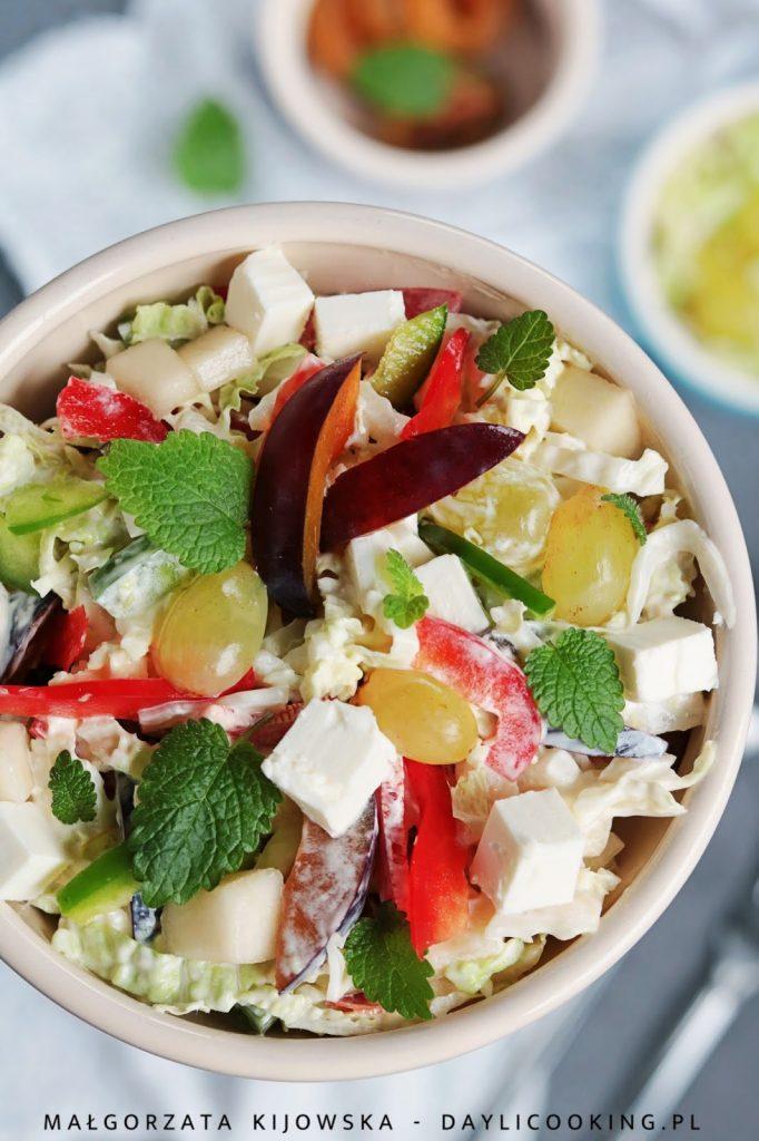 Kolorowa sałatka z owocami i fetą, z papryką i kapustą pekińską - przepis na sałatkę