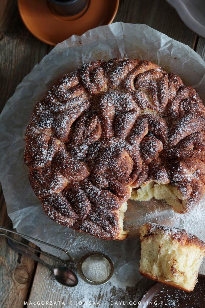 Przepis na Odrywane ciasto drożdżowe z cynamonem i kardamonem