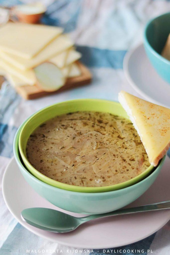 jak zrobić zupę cebulową, przepis na francuską zupę cebulową, danie z kuchni francuskiej