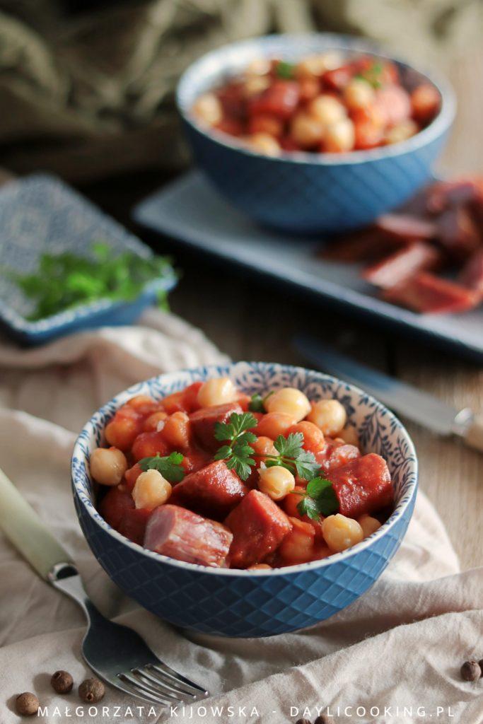 Ciecierzyca z kabanosami w sosie pomidorowym