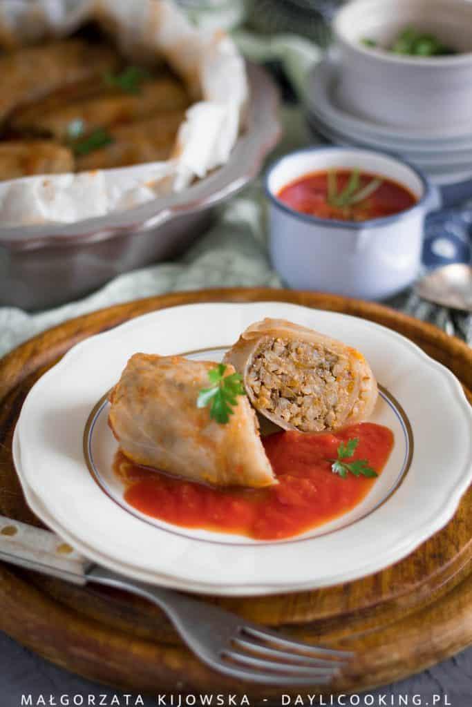 Przepis na gołąbki z kaszą jęczmienną i pieczarkami, z sosem z pomidorów