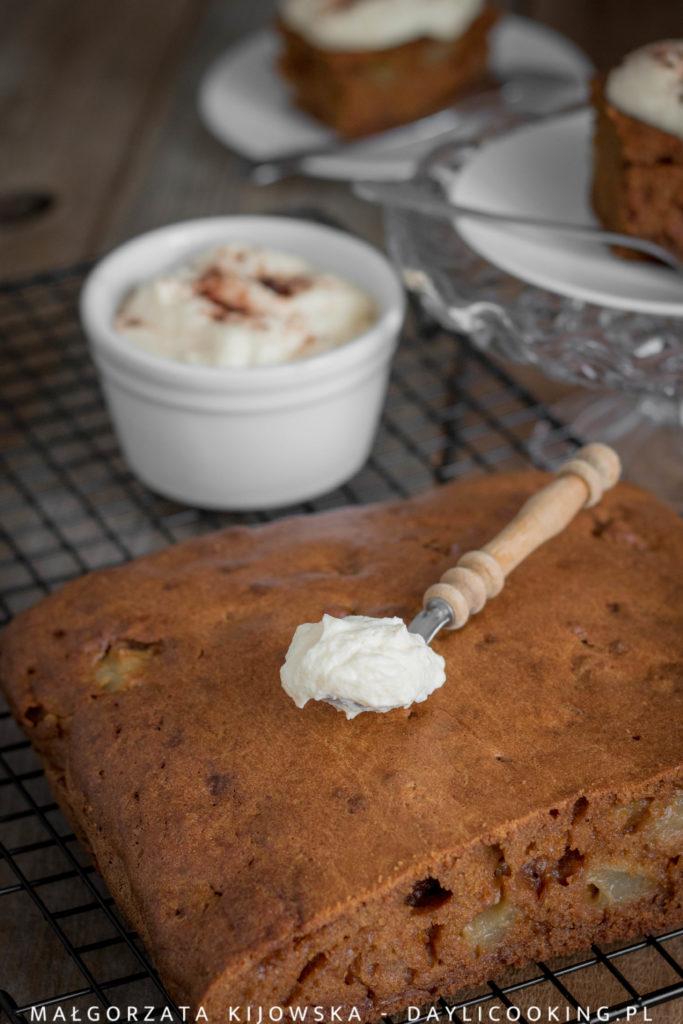 Przepis na ciasto dyniowe z gruszkami, cynamonem i kardamonem
