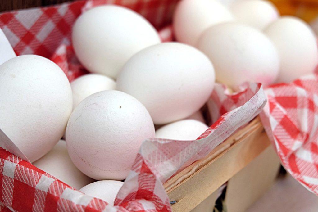 Czym farbować jajka na Wielkanoc, naturalne barwniki do jajek