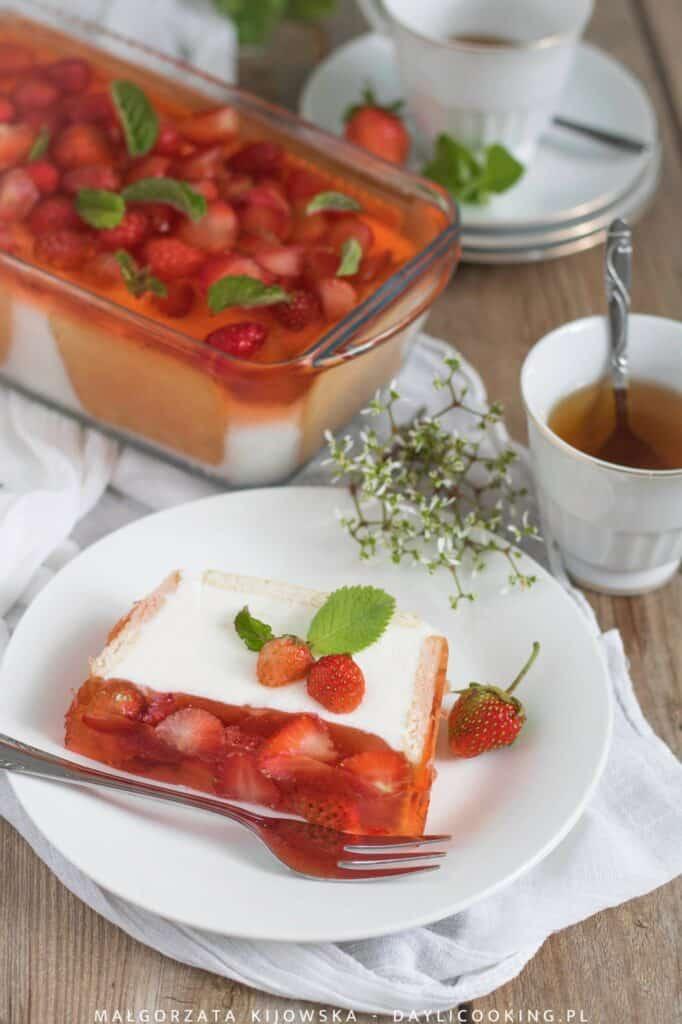 Przepis na sernik na zimno z galaretką i truskawkami